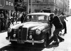 Caption orig.: Mille Miglia (Brescia/Italien), 1. Mai 1955. Sieger in der Dieselklasse: Oberingenieur Helmut Retter (Daimler-Benz-Vertreter in Innsbruck) mit Beifahrer Wolfgang Larcher (Startnummer 04) im Mercedes-Benz Typ 180 D bei einem Kontrollpunkt.