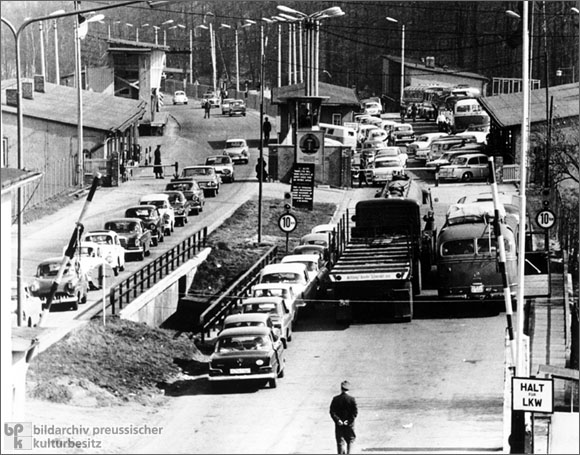 Helmstedt-Marienborn-1965-border-crossing-lower-saxony-1