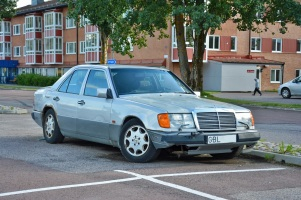 ranwhenparked-sweden-mercedes-benz-230e-w124-1