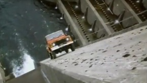 Watch a Land Rover Defender climb up a dam in this 1986 TVad